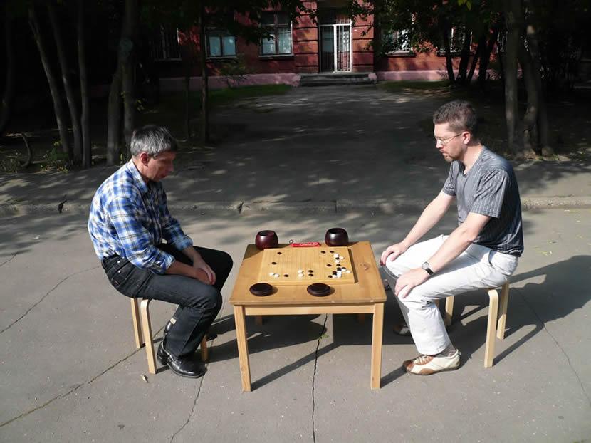 Играю с Мастером 6 Дана, двухкратным чемпионом России по игре Го, Александром Петровичем Поповым. Эту партию я выиграю, но две другие - проиграю